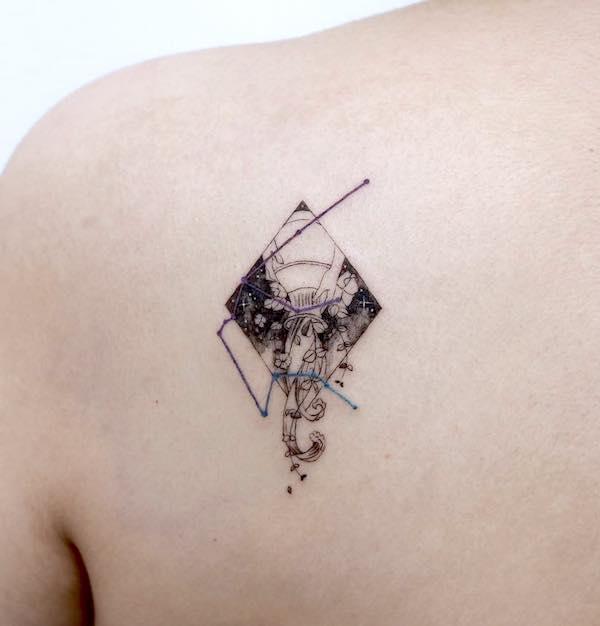 An upside-down vessel tattoo on the shoulder blade by @tattooist_sigak